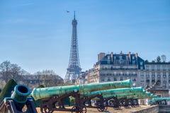 Ca?ones fuera de Les Invalides y la torre Eiffel - Par?s, Fran fotos de archivo