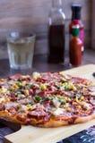 Cała wielka pizza na desce Zdjęcie Stock