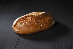 Cały czarny chleb na stole Fotografia Stock