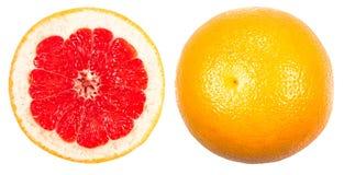 Cały grapefruitowy i cuted odosobniony na bielu Zdjęcie Stock