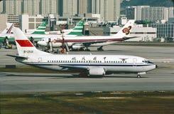 CAAC Boeing B-737 taxiing brama przy Hong Kong Kai Tak lotniskiem na Grudniu 13, 1986 Obrazy Royalty Free