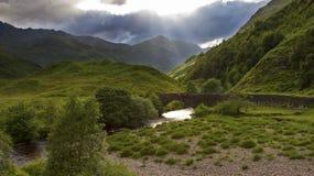 Cañada verde y enorme en las montañas de Escocia después de la lluvia Foto de archivo libre de regalías