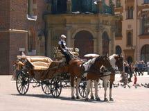 Cab i den gammala staden i Krakow arkivbild