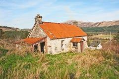 Cabaña abandonada con el tejado del hierro imágenes de archivo libres de regalías