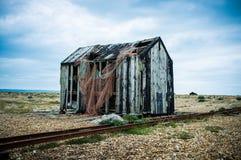 Cabaña abandonada de Fishermans en una playa remota de la tabla Imagen de archivo libre de regalías