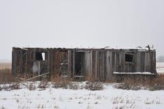 Cabaña abandonada en la pradera Imagenes de archivo