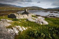 Cabaña abandonada por un lago fotos de archivo libres de regalías