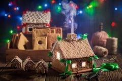 Cabaña adorable del pan de jengibre de la Navidad en el taller viejo Imagen de archivo libre de regalías