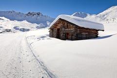 Cabaña alpestre en montañas de las dolomías, Italia fotografía de archivo
