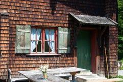 Cabaña alpestre idílica foto de archivo libre de regalías