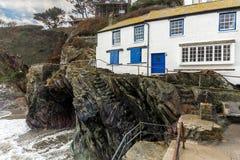 Cabaña blanca por el mar, Polperro, Cornualles, Reino Unido del día de fiesta imagenes de archivo