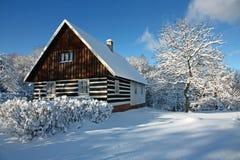 Cabaña checa en invierno Fotos de archivo