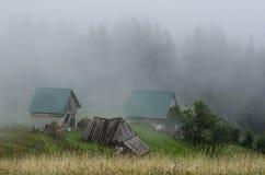 Cabaña con el bosque en niebla Fotos de archivo libres de regalías