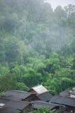 Cabaña con el tejado blanco en el medio del pueblo Fotografía de archivo