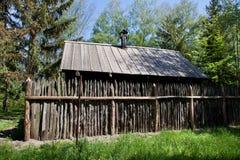 Cabaña con la cerca Imagenes de archivo