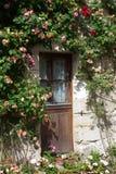 Cabaña con las rosas foto de archivo libre de regalías