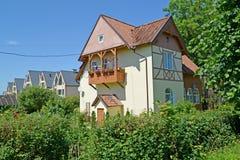 Cabaña con un balcón en día de verano Ámbar del acuerdo, región de Kaliningrado Foto de archivo libre de regalías