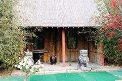 Cabaña cubierta con paja Imagenes de archivo