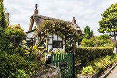 Cabaña cubierta con paja blanco y negro en Cheshire Countryside cerca del borde de Alderley Fotos de archivo libres de regalías
