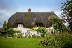 Cabaña cubierta con paja inglesa tradicional del país Fotografía de archivo libre de regalías