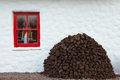 Cabaña cubierta con paja tradicional kerry irlanda foto de archivo