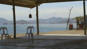 Cabaña de la playa con el mar en fondo metrajes