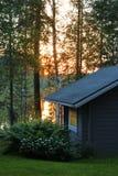 Cabaña de la sauna en noche de verano cerca del lago Foto de archivo