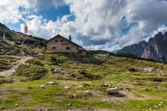 Cabaña de Langalm debajo de Tre Cime con el cielo Fotos de archivo libres de regalías
