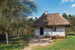 Cabaña de madera blanca vieja fotos de archivo libres de regalías