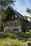 Cabaña de madera con Firepit Fotos de archivo libres de regalías