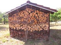 Cabaña de madera de la pila Imágenes de archivo libres de regalías