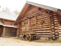 Cabaña de madera de madera en el pueblo ruso en la Rusia media Foto de archivo libre de regalías