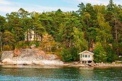 Cabaña de madera de madera finlandesa de la sauna del baño en la isla en verano Imagen de archivo