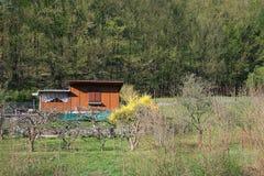 Cabaña de madera del país Foto de archivo libre de regalías