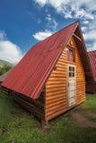 Cabaña de madera en camping imágenes de archivo libres de regalías