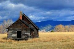 Cabaña de madera en el prado occidental de Montana Foto de archivo