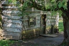 Cabaña de madera en las montañas al sudoeste de Virginia fotos de archivo