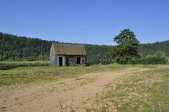 Cabaña de madera en los bancos del río Fotografía de archivo