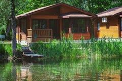 Cabaña de madera en los bancos del río en verano Imagen de archivo