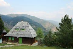 Cabaña de madera en paisaje de la montaña Imágenes de archivo libres de regalías