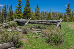 Cabaña de madera postes imagen de archivo
