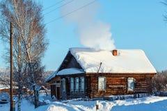 Cabaña de madera rústica en el pueblo ruso Visim Región de Sverdlovsk, Rusia Foto de archivo libre de regalías
