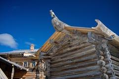 Cabaña de madera rusa con el patín Foto de archivo libre de regalías