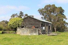 Cabaña de madera vieja abandonada Foto de archivo