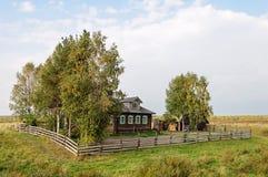 Cabaña de madera vieja en las cercanías del pueblo Imagen de archivo libre de regalías