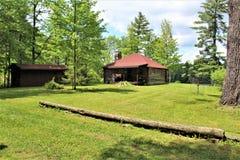 Cabaña de madera vieja rústica situada en Childwold, Nueva York, Estados Unidos Imagen de archivo libre de regalías
