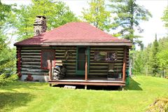 Cabaña de madera vieja rústica situada en Childwold, Nueva York, Estados Unidos Imágenes de archivo libres de regalías