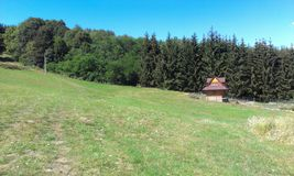 Cabaña de madera y naturaleza Imagen de archivo libre de regalías
