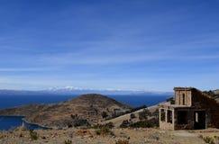 Cabaña de piedra con el tejado cubierto con paja en Isla del Sol en el lago Titicaca, Bolivia Foto de archivo libre de regalías