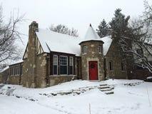 Cabaña de piedra en nieve Fotos de archivo libres de regalías